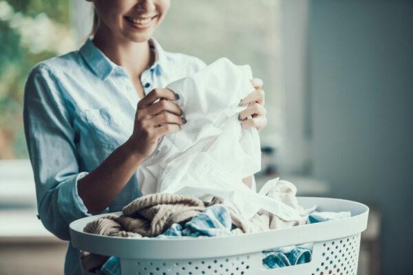 Frau mit Korb frischgewaschener Wäsche